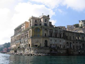 facciata palazzo donn'anna a napoli