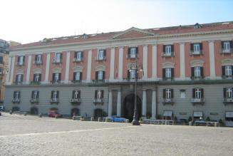 facciata palazzo della prefettura a napoli